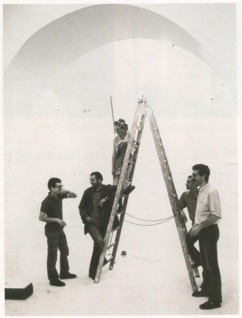 """Giuseppe Gallo, Bruno Ceccobelli, Francesca Woodman, Angelo Segneri, Gianni Dessi durante la instalación de la exposición """"Cinque Giovani Artisti"""" en la Galleria Ugo Ferranti (Roma, 1978)"""