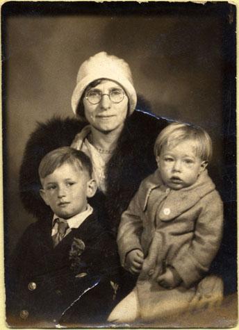 Andy Warhol (a la derecha) de tres años con su madre Julia y su hermano John (izquierda)