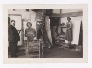 Fotógrafo no identificado. La coleccionista Theresa Freibelman posa para Diego Rivero en su estudio en San Ángel.