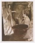 "Fotógrafo no identificado. Diego Rivera trabaja en su pintura ""Modesta Peinando su Pelo"" (1939)"