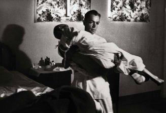 El doctor lleva a Mitchell desde el sótano hasta el quirófano del hospital, que no tenía ascensor.