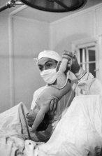 No publicada en life. El Dr. Ernest Ceriani durante un parto.
