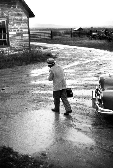 No publicada en LIFE. El Dr. Ernest Ceriani camino a una visita domiciliaria bajo un temporal en Kremmling, Colorado. 1948