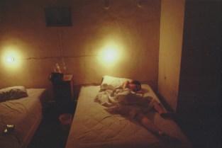 Suzanna en un cuarto de hotel. Hotel Sevilla, Mérida, México. 1981