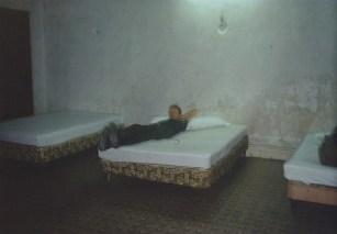 Brian en un cuarto de hotel. Mérida, México. 1982