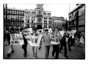 Venezia, 1968. Proteste studentesche, XXXIV Esposizione Biennale Internazionale d'Arte - 28x38,5cm stampa alla gelatina ai sali d'argento, vintage – Timbro / verso