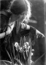 imogen_cunningham_clare-with-narcissus-19101