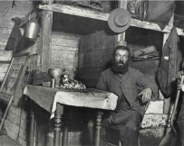 Un zapatero guardando el Sabbath en Coal Cellar. c1880-90s. Jacob Riis