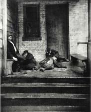 Durmiendo en la calle. c.1880-90s. Jacob Riis