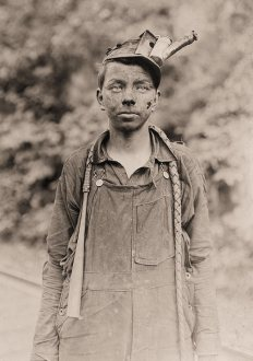 Un joven conductor en la mina de Brown. Ha estado conduciendo un año. Trabaja de 7 a.m. a 5:30 p.m. todos los días. Brown, Virgina Occidental. Lewis Hine