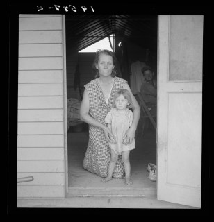 Walker Evans Tulare County, Farm Security Administration (FSA) camp. Migrant mother and child at doorway of steel shelter 8b33598v
