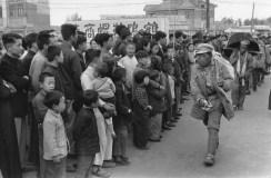 CHINA. Jiangsu. Nankin. De abril de 1949. A medida que los primeros soldados del Ejército Popular de Liberación llegan en Nanking, sus ciudadanos los observan impsaibles. En el pasado los soldados vivían del pillaje.
