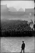 CHINA. Beijing. Diciembre de 1948. A medida que la niebla matutina se despeja en Beijing, rodeada por las tropas comunistas, el Kuomintang llama a unos 10 000 reclutas, en su mayoría comerciantes y pequeños empresarios, a las armas. Aquí reciben sus órdenes en el patio del Palacio Imperial.