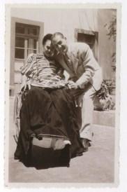 Fotógrafo no identificado. Frida Kahlo con un visitante no identificado en el patio de la Casa Azul (1953)