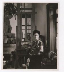Fotógrafo no identificado. Frida Kahlo en su estudio de la Casa Azul (1951)