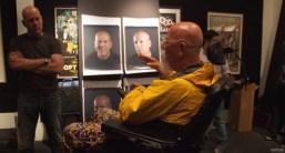 Chuck Close mira sus Polaroid 20x24 de Bruce Willis