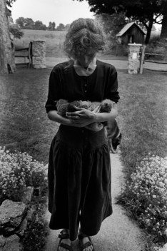 CANADA. Lambton County, Ontario. 1997. Ann TOWELL with an armful of new born kittens stands by the front porch. Behind her are the stone pillars built by Larry TOWELL from found river stones. ©Larry Towell/Magnum Photos