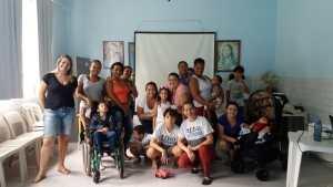 Fonoaudióloga com as mães e crianças na Semana de Orientação de Fonoaudiologiau