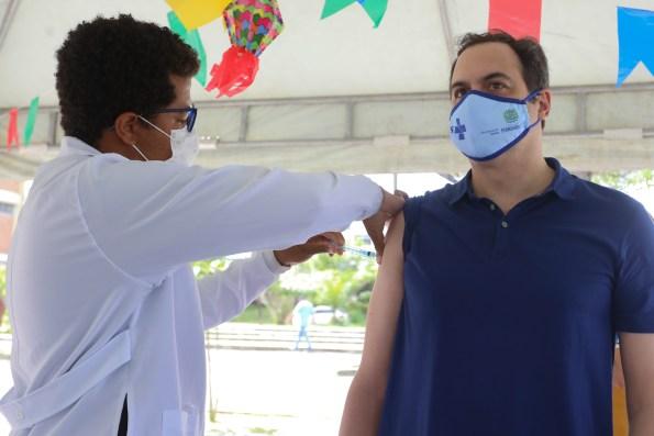 Paulo Câmara recebe primeira dose da vacina contra a Covid-19