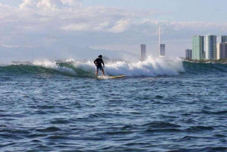 Surfer à Waikiki, sur l'île d'Oahu, Hawaii