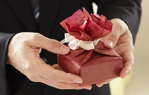 Une personne offre un cadeau