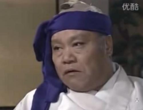 時代劇で日本の将軍等が亡くなる前に紫色の鉢巻片側縛りはなぜ? -時代- 歴史学   教えて!goo