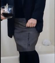コーヒーを飲みながらオシッコを我慢する女性