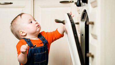 niño abriendo un horno-osinteresa.com