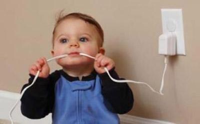 niño-mordiendo-un-cable-osinteresa.com