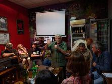 Rafael Martinelli se dirige ao público que lotou a Taberna Internacionalista Vasca.