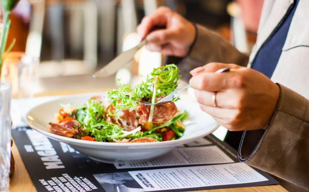 건강하게 살빼는법 고기와 야채를 먹고있는 사람
