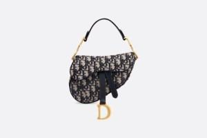 크리스찬디올의 'Dior Oblique 자카드' 새들백이다. 디올의 시그니처 모노그램 패턴이 잘 드러난 새들백이다.