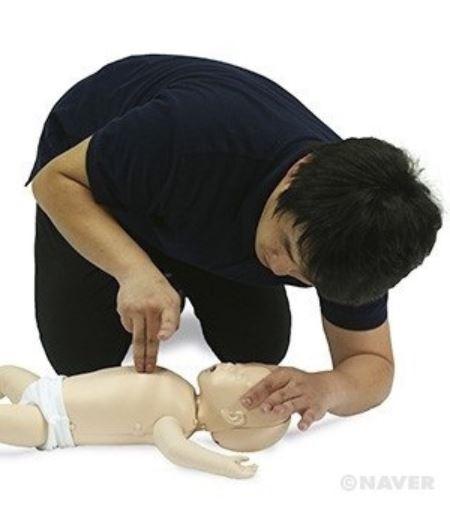 심장이 마비된 영아에게 심폐소생술을 한다. 가슴을 압박할 때에는 손가락 2개로 아이의 흉골과 수직이 되게한다.