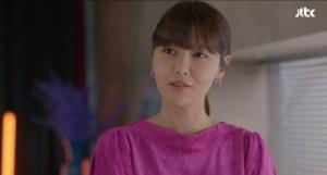 드라마 '런온'의 주연 배우 수영이 '안나수이 실버 귀걸이'를 착용한 모습이 보인다. 파스텔 톤 링 귀걸이에 스톤이 포인트로 들어간 디자인이 인상적이다.