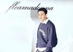 배우 유아인이 화이트 셔츠에 프리마돈나가 프린팅 되어 있는 오버핏 맨투맨을 매치하여 레이어드 룩을 선보였다.