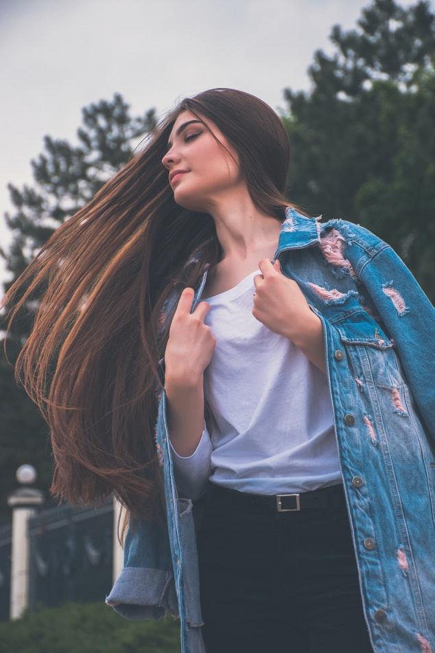긴 생머리는 대부분의 여성분들이 꿈꾸는 머리로 깔끔하게 정돈되어 있어 청순하고 내추럴함을 선보일 수 있습니다.