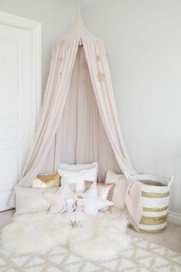 공주풍 캐노피를 더하여 아이의 방을 사랑스럽게 꾸몄다.