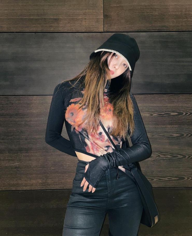 티아라 효민이 세컨드 스킨 톱을 입고 카메라를 바라보고 있는 모습이다.