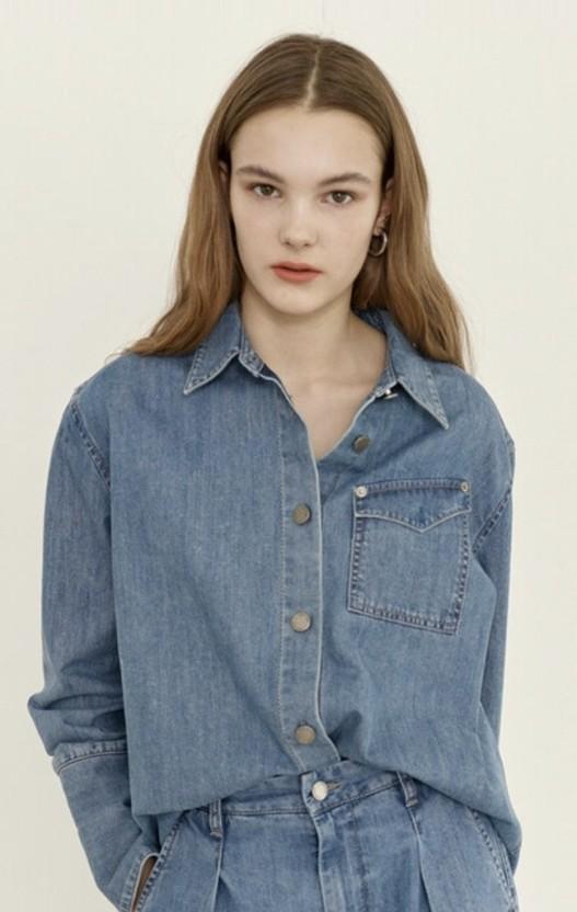 앤유의 'MEOCHEWAT One pocket denim shirt(Light blue)' 제품 모델 사진이다.