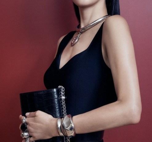 알렉산더 맥퀸 앰배서더 배우 전지현이 주얼 사첼 백을 들고 찍은 화보이다.