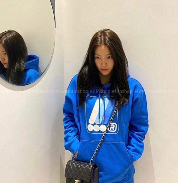 레드벨벳 예리가 샤넬의 '클래식 핸드백'을 착용한 모습이다.