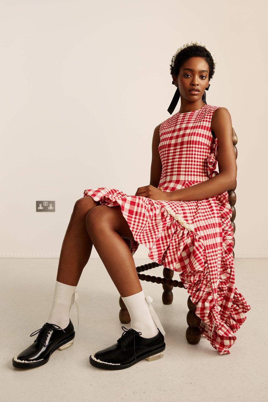 시몬로샤 H&M의 콜라보레이션 컬렉션 중에 체크 원피스의 모습이다.