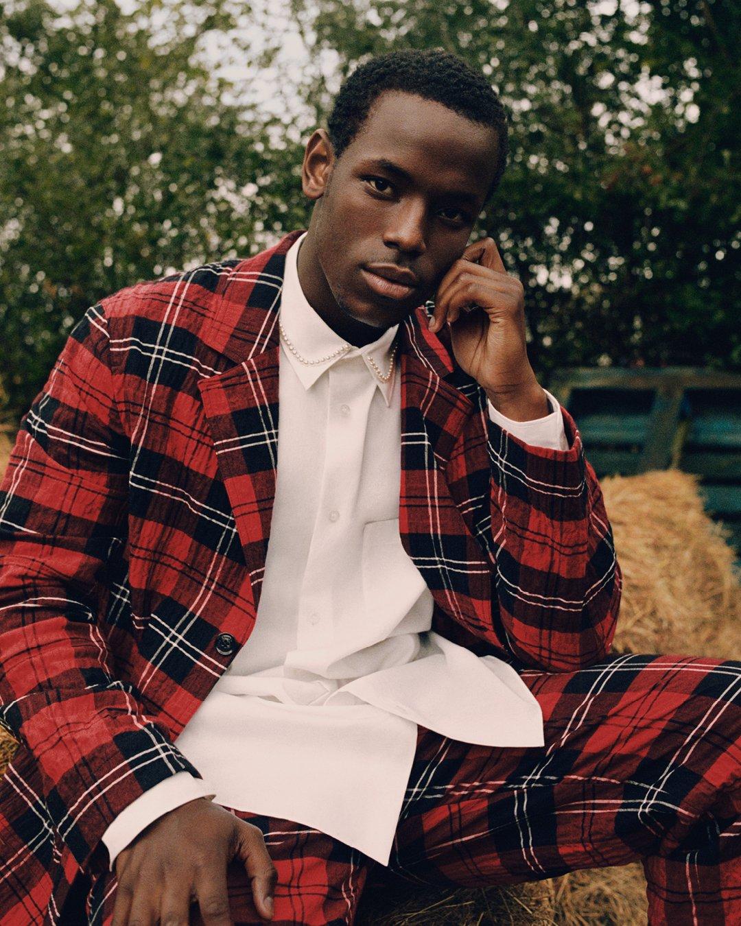 시몬로샤와 H&M 콜라보레이션 컬렉션의 남성복(타탄체크무늬) 모습이다.