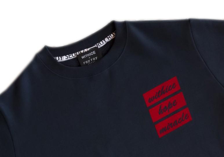위드아이스와 로이로이 서울과의 콜라보레이션으로 탄생한 오버핏 맨투맨의 모습이다.
