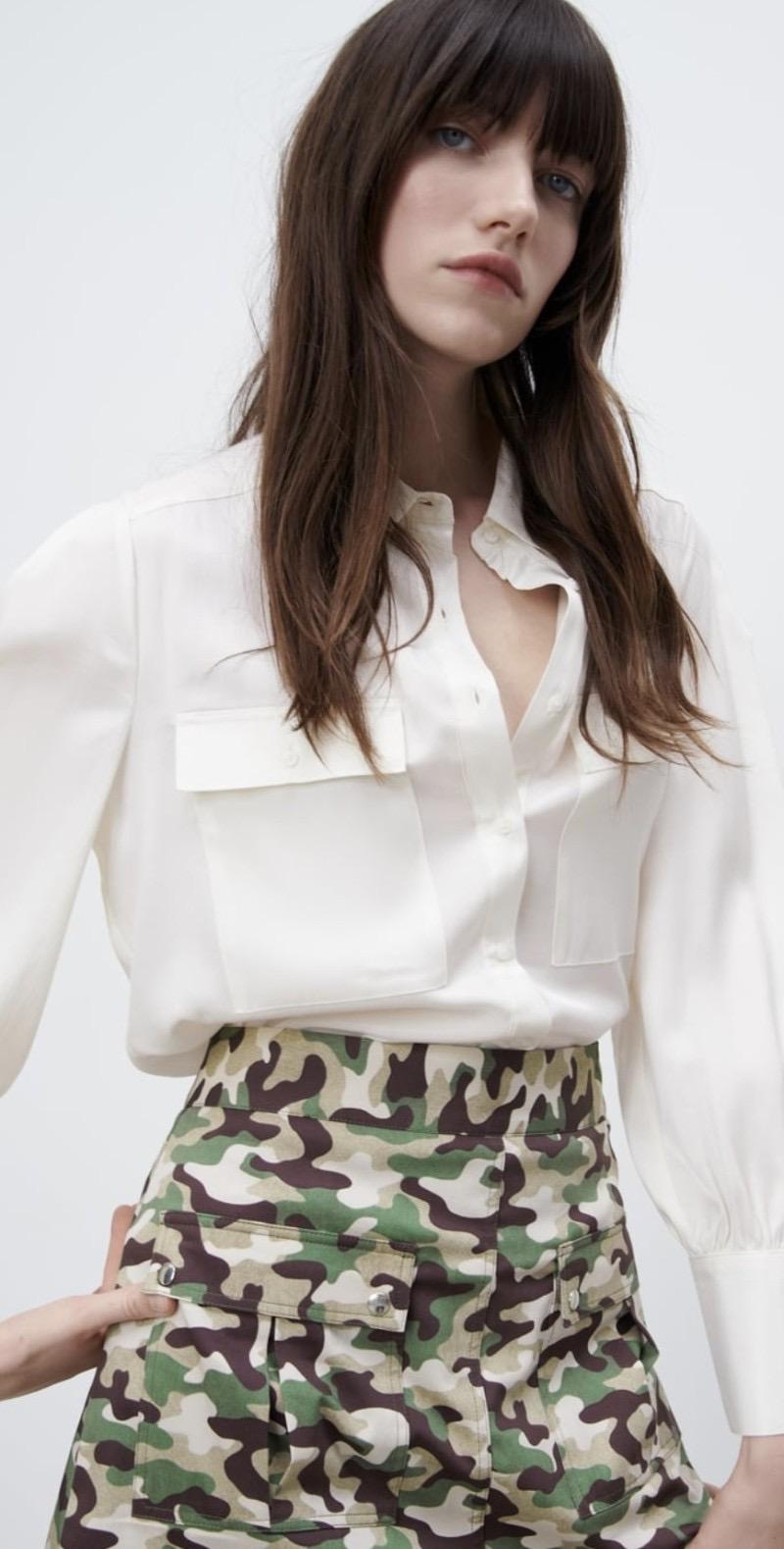 모델이 포켓 새틴 셔츠를 입고 있는 모습이다. 새틴 재질 셔츠에 포인트로 들어간 포켓이 인상적이다.