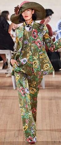 Marc Jacobs패션쇼에서 빈티지한 스타일의 꽃무늬 벽지 패턴을 선보였다.