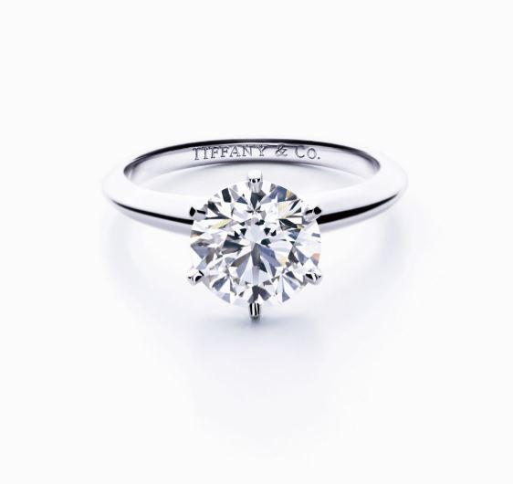 6개의 프롱이 라운드 브릴리언트 컷 다이아몬드 - Tiffany&Co
