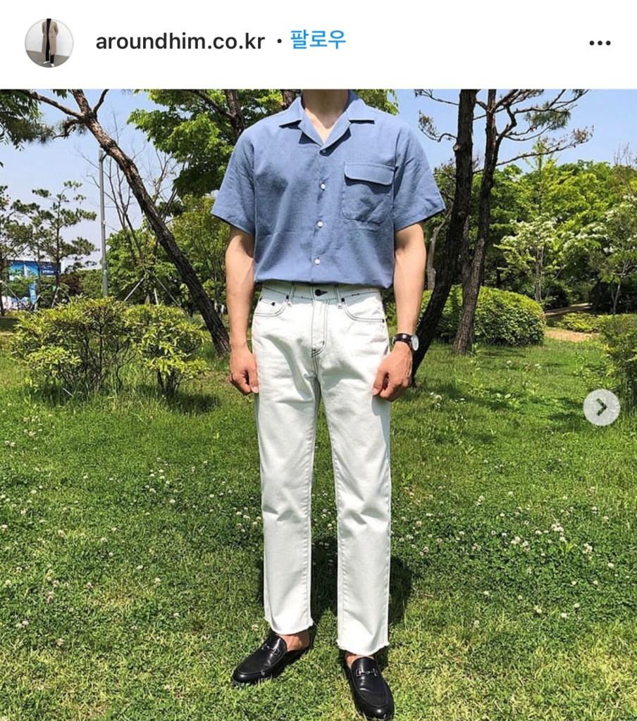 여름엔 시원한 소재의 린넨 반팔 셔츠를 추천한다.