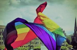 Regenbogenflagge weht am Hamburger Rathaus