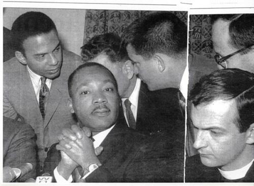 Mladý lutherský pastor John Neuhaus (vpravo) s Martinem Lutherem Kingem